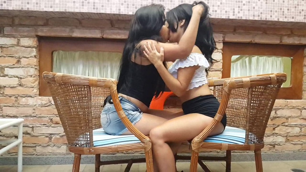 Intense Kisses: Paola and Juzinha Two Decided Girls