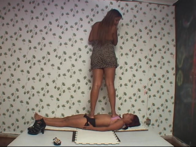 Giant Barbara Squeezing Small Slave Girl
