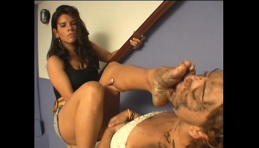 Rafaela Pertruti Cleaning Their Feet With The Slave Face